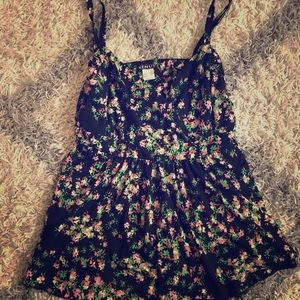 Tops - Baby doll style floral top!